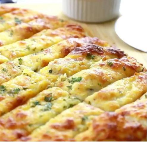 Домашни стапчиња со крем сирење и лукче