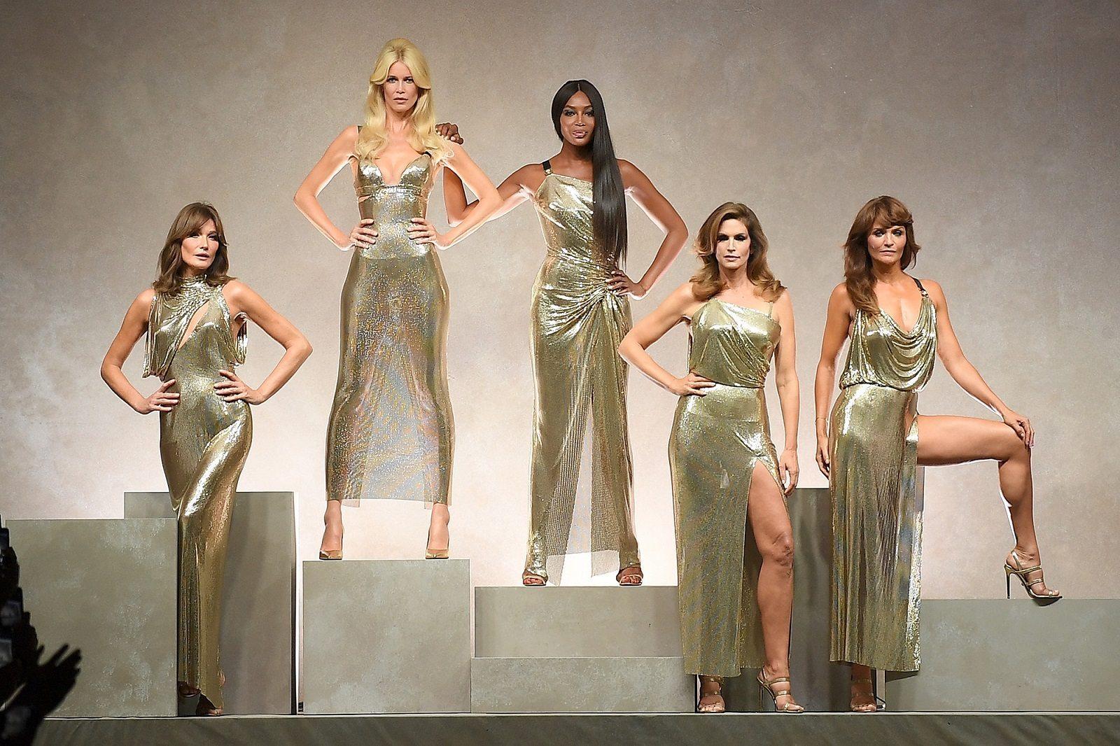 Моден ураган   моделите од 90 тите во чест на  Версаче