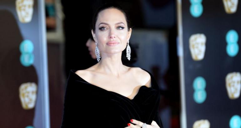 Сите погледи вперени во шарениот грб на Анџелина Џоли