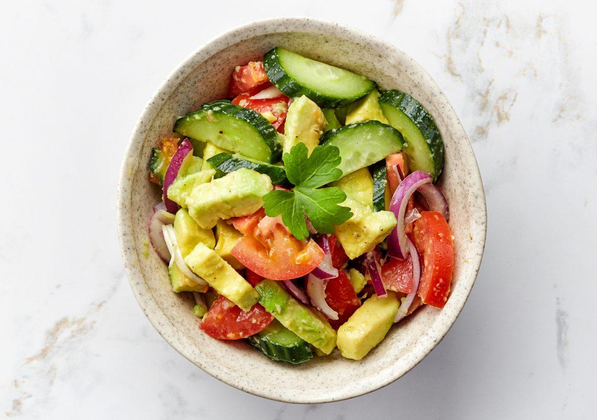 Оброк салата со краставица и со ананас