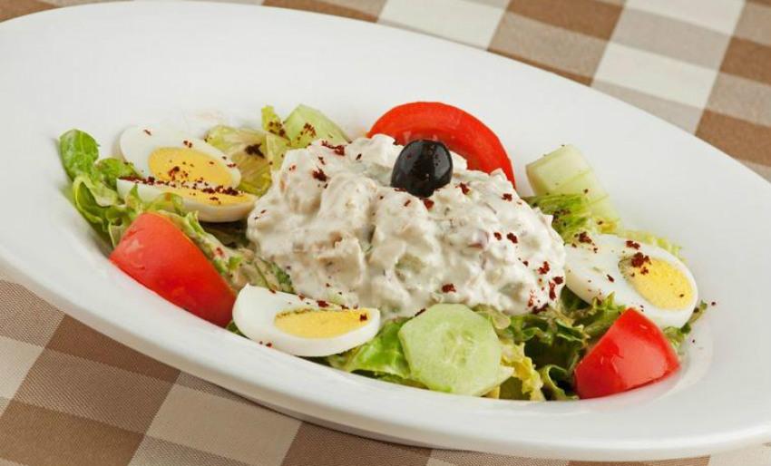 Шарена пилешка салата  Лесно се подготвува а може да замени цел оброк